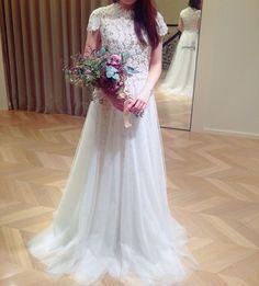 連投すみません  #マグノリアホワイト へ試着に行ってきました  2着目のアレンジvr。 オーバースカートが展開されているので、上から履くとこんな感じになりました✨  ふんわりチュールで甘い雰囲気に早変わり。 ウェスト部分にはパールが刺繍してあるので、繋がりも自然です  あ、スカート別売りです  #プレ花嫁 #ドレス試着 #ドレスフィッティング #magnoliawhite  #クリストスコスタレロス  #CHRISTOSCOSTARELLOS #オーバースカート #2way #ウェディングドレス #このブーケも可愛すぎた