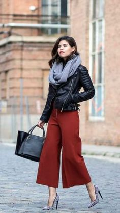 Stylish Scarf Outfit Ideas For Fall culottes pants, leather jacket and scarf Party Fashion, Work Fashion, Fashion 2017, Fashion Outfits, Skinny Fashion, Fasion, Fashion Ideas, Mode Outfits, Office Outfits
