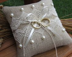 Almofada rústica para alianças Ring Bearer Pillows, Ring Pillows, Wedding Pillows, Ring Pillow Wedding, Burlap Projects, Sewing Projects, Ring Holder Wedding, Lavender Sachets, Flower Girl Basket