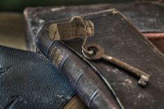 abandoned, decay, urbex, abandonado, beauty in decay, beauty, old, neglected, black, b, color, key, books,