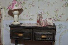 Escena de Biblioteca/Despacho en miniatura. Detalle de escritorio y lámpara.