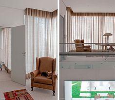 No escritório, não se usou a blecaute (Dinaflex), presente somente no quarto. As cortinas (execução da Interiores Confecções) ficam franzidas nos trilhos, escondidos no forro de gesso.
