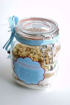 Cookies in a jar make wonderful DIY wedding favors and personalized gifts! Check out this tutorial for cranberry hootycreeks cookies in a jar with free printable labels. Cookie Gifts, Cookie Jars, Food Gifts, Fruit Names, Dessert In A Jar, Printable Labels, Free Printable, Diy Holiday Gifts, Meals In A Jar