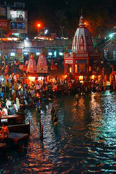 Ganga Aarti, religious ceremony that happens nightly along the banks of the Ganges in Haridwar, Rishikesh, and Varanasi. Temple India, Hindu Temple, Indian Temple, Rishikesh, Places To Travel, Places To See, Haridwar, Amazing India, Dubai