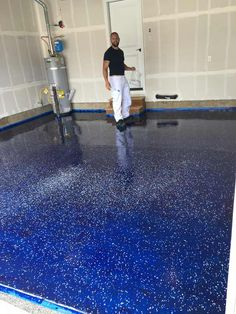 The man is pasting his garage with blue tape. Was er dann auf den Boden ki… The man is pasting his garage with blue tape. He will not get enough of what he dumps on the ground. Garage Shop, Diy Garage, Garage Door Opener, Garage Doors, Garage Stairs, Garage Signs, Barn Doors, Epoxy Sol, Garage Boden