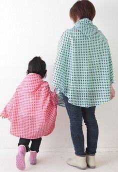 親子でお揃いのポンチョがあれば、雨の日のおでかけも楽しい♪/かわいくて便利なレイングッズ(「はんど&はあと」2012年6月号)