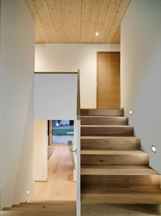 Choosing the right interior lighting is very important and it makes a real difference for your home. Foyer Design, Staircase Design, Best Interior Design, Interior Design Living Room, Stairway Decorating, Timber Architecture, Escalier Design, Modern Stairs, Modern Railing
