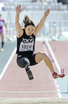 全国障害者スポーツ大会の走り幅跳び女子(肢体不自由)で、2位となった佐藤真海選手の跳躍(13日午後、東京都調布市で)=沼田光太郎撮影