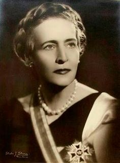THE QUEEN  H.M. Queen Elisabeth of The Hellenes, née Princess of Romania  (1894-1956)