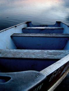 Indigo and brown tones on wood and water. Beautiful way nature makes color magic. Azul Indigo, Bleu Indigo, Bleu Turquoise, Cobalt Blue, Navy Blue, Kind Of Blue, Blue And White, Behind Blue Eyes, Blue Boat