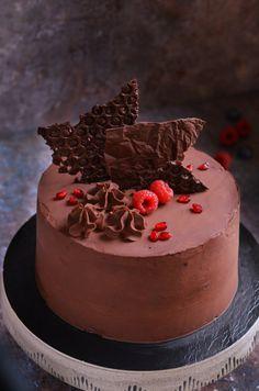 Vegán csokitorta erdei gyümölccsel Vegan chocolate cake recipe with berries Chocolate Cake Designs, Mousse Cake, Vegan Cake, Vegan Chocolate, Food Art, Tej, Cake Recipes, Cake Decorating, Berries