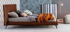 Cuff: letto matrimoniale 180x200 cm – rivestimento in pelle, inserto e alamari in pelle, piedini in metallo verniciato grigio antracite opaco