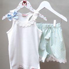 ¿Has visto nuestros pijamas de niña? Descubre todos nuestros modelos de camiseta con puntilla y pantalón coto. Con aplicaciones en tela y lazos.