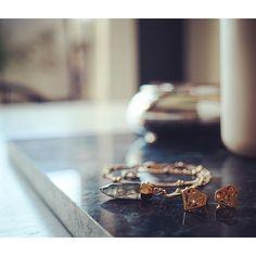 Freitag  mit etwas Sparkle  und ganz viel ️ Einen Guten Start ins Weekend!!!  #abitofsparkle #accessories #accessory #details #detailsoftheday #diamonds #earrings #freitag #friday #gold #goodmorning #gutenmorgen #Hamburg #hh #igershamburg #igershh #instadaily #instafashion #jewellery #jewelry #koshikira #marble #schmuck #wearehamburg #weekend