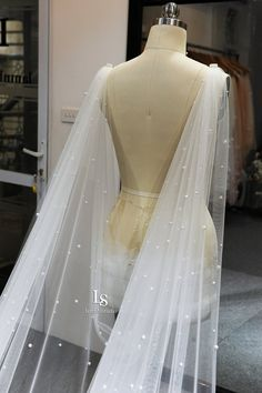 material: pearl, tullecolor : white, light ivory, ivory, blush pinkPls kindly note the color you would like to choose in the note box for us when you make long x m wide Wedding Veils, Our Wedding, Dream Wedding, Wedding Dresses, Wedding Stuff, Got Married, Getting Married, Custom Capes, Marriage Dress