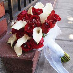 Clásico y elegante.... Hermoso ramo de rosas rojas con cristales y mini calas blancas. Diseño Flores y Piedras. www.floresypiedras.cl