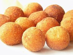Bulete de cartofi cu cascaval - potatoes with cheese balls Yummy Appetizers, Appetizer Recipes, 30 Minute Meals, Cheese Ball, Creative Food, Food Design, Nutella, Delish, Smoothie