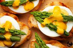 Grzanki z jajkiem i szaparagami