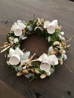 Easter wreath idea with broken eggs. Easter decorations for the home. Easter wreath idea with broken eggs. Easter decorations for the home. Creative and great Easter deco. Egg Crafts, Easter Crafts, Diy And Crafts, Easter Decor, Wooden Crafts, Corona Floral, Broken Egg, Free To Use Images, Deco Floral