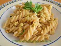 Pasta flavored with lemon and crunchy pistachios