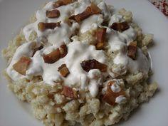 Paprikás krumpli: Túrós-tejfölös sztrapacska húsos szalonnával Pasta, Oatmeal, Food And Drink, Drinks, Breakfast, Recipes, Education, The Oatmeal, Drinking