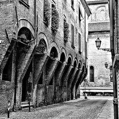 Via Vecchie ....un palazzo che lascia il segno. ...qui visse una cortigiana famosa...7 foto di @acconciature_donnagio amministratore del profilo.....@comunediferrara Approfitto per ringraziare e consigliare a candidarsi altri appassionati di foto e di Ferrara. ..io mi sono divertita #igersferrara #ferrara #myferrara