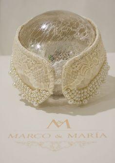 Cuello en perlas y encaje por Marco & María.  Pearls and lace collar by Marco & María.  Foto: Enrique Tapia