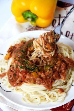 Wegetariańskie spaghetti z czosnkiem, żółtą papryką, zblendowanymi pomidorami oraz ziołami. Jest to świetna alternatywa dla…