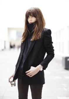 Sur un épais col roulé, on porte une veste blazer noir, pour n'avoir ni trop chaud, ni trop froid. Pour rester élégante on privilégie les teintes neutres telles que le bleu marine, le rouge, le noir ou le blanc....