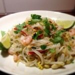Pad Thai – riisinuudelia, katkarapuja, chiliä ja maapähkinöitä Spaghetti, Meat, Chicken, Ethnic Recipes, Food, Essen, Meals, Yemek, Noodle