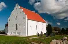 Mygdal kirke: Historie · Kirken har aldrig haft tårn. Våbenhuset er bygget i 1897 og afløste et ældre våbenhus med bindingsværk fra 1767.