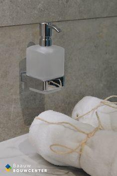 Deze marmeren badkamer oogt heel rustig door de natuurlijke kleuren die zijn gebruikt. Toch ook erg chique door de gebruikte materialen. Door de mooie witte handdoeken en luxe regendouche krijg je bijna een hotel gevoel! Soap Dispenser, Showroom, Bathroom, Shabby Chic, Lush, Soap Dispenser Pump, Washroom, Full Bath, Bath