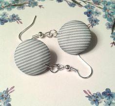 Die Ohrringe bestehen aus Knöpfen, die mit einem blau-weiß gestreiften Stoff bezogen sind. Die ausgefallenen Ohrringe erinnern nur von hinten noch an einen Knopf. Schlicht und dennoch verspielt...