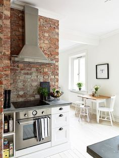Classy Kitchen Wall Use Red Bricks for Modern Kitchen - Kitchen Inst Brick Wall Kitchen, New Kitchen, Kitchen Backsplash, Kitchen Modern, Kitchen Sets, Kitchen White, Kitchen Soffit, Backsplash Ideas, Interior Exterior