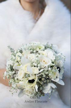 Mariage d'hiver. Bouquet de gypsophile, anémones, cyclamen