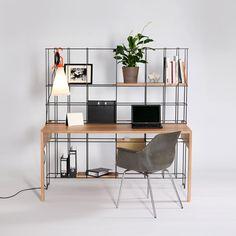 escritorio con estanteria de hierro integrada