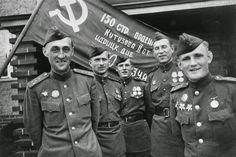 El blog del viejo topo: 70 aniversario de la victoria del Ejército Rojo sobre el Fascismo. (2) Una fotografía histórica: la bandera roja ondeando en el Reichstag.