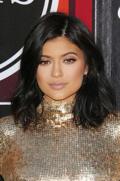 The makeup products that Kylie Jenner uses – My hair and beauty Kylie Jenner Haircut, Kylie Jenner Short Hair, Looks Kylie Jenner, Kylie Hair, Kim K Short Hair, Short Brown Hair, Short Hair Styles, Kim Kardashian Hair, Blonde Pixie Cuts