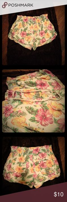 Summertime Flower Floral Print Beach Shorts 🌸🌸 Juniors size Large, but I would guess closer to a medium or M/L for true size. Stretchy waistband. Only wore them once for vacation. Two back pockets and two front/side pockets. Perfect lounge/lazy day Shorts. Shorts
