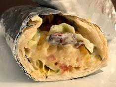 Man(n) muss auch mal Mut haben, beim experimentier mit Essen und das nenne ich dann auch schon mal Foodporn! Chicken Kebab Burrito mit Salat, Käse Soße, Sour Cream und Tzatziki! Eine absolute Gaumenfreude, sag ich euch! Aber ich will nicht lange um den heißen Brei herum reden, hier ist das einfache Rezept für euch!