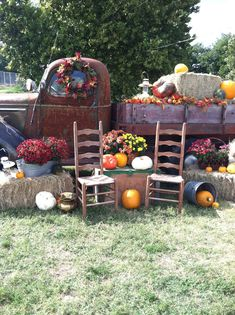 Fall decor, antique truck at carnival with pumpkins. Outside Fall Decorations, Fall Yard Decor, Fall Festival Decorations, Halloween Decorations, Fall Photo Booth, Photo Props, Fall Harvest Party, Fall Mini Sessions, Pumpkin Farm