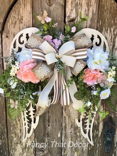 Hottest Cost-Free Funeral Flowers angel wings Style Whether or not you are planning or perhaps participating, memorials are usually a new somber and from time to . Funeral Floral Arrangements, Easter Flower Arrangements, Easter Flowers, Cemetery Decorations, Angel Wings Wall Decor, Diy Wings, Wing Wall, Mothers Day Wreath, Funeral Flowers