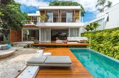 Casa com cara de praia na cidade grande (Foto: Flavio Treiger) Beach-facing house in the big city (Photo: Flavio Treiger) Rest House, My House, Dream House Plans, My Dream Home, Style At Home, Villa, Modern Architects, Winter House, Home Fashion