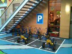 Parkeerplaats voor de skelters, fietsen etc. Lekker duidelijk voor de kinderen!