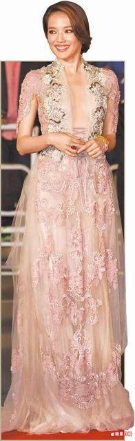 舒淇在首映紅毯驚豔眾人,戰袍則是Reem Acra 2015秋冬裸色立體珠繡禮服。