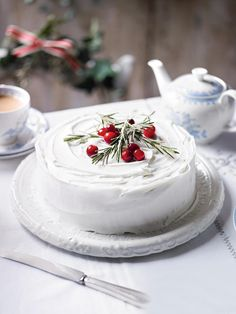 Make sure you check out each of the cake ideas below. And get inspired and get some great ideas for your Christmas cake decorating ideas. Noel Christmas, Christmas Goodies, Christmas Desserts, Christmas Baking, Christmas Traditions, White Christmas, Simple Christmas, Xmas, Natural Christmas