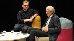 W rozmowie muzyka Piotra Kalińskiego, znanego jako Hatti Vatti, z reżyserem Witoldem Gierszem pojawia się temat cyfryzacji, udźwiękawiania filmów oraz prawdziwej sztuki, która nie zagląda do metryki