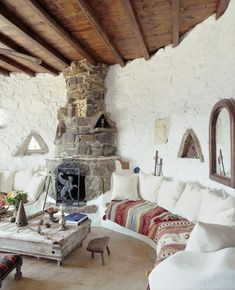 Boho style cave house. I like the white cushions with the pretty throw on the seat - usually you see throws over the back of the cushions. Definitely like
