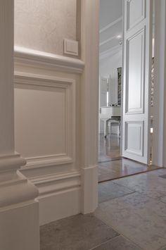 ullanlinna-helsinki-yksityisasunto---4 Wall Molding, Diy Molding, Classic Interior, Home Interior Design, House Wall Design, Foyer Staircase, Plafond Design, Floor Trim, Moldings And Trim