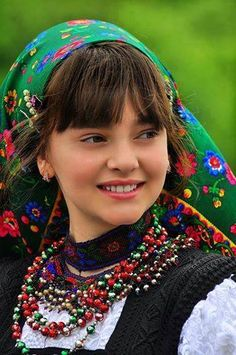 Romanian girl in traditional clothing, www.romaniasfriends.com